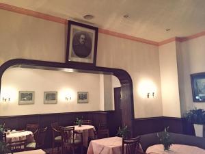 Ein Restaurant oder anderes Speiselokal in der Unterkunft Hotel Bismarck