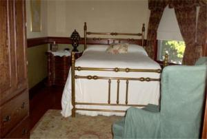 A bed or beds in a room at Fleetwood House Bed and Breakfast