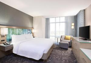 A television and/or entertainment centre at Courtyard by Marriott Orlando South/Grande Lakes Area