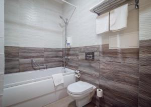 A bathroom at Aquapark-Hotel Atlantida