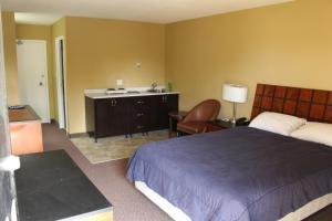 Кровать или кровати в номере Travelodge by Wyndham Swift Current