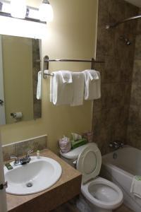Ванная комната в Travelodge by Wyndham Swift Current