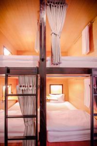 Ein Etagenbett oder Etagenbetten in einem Zimmer der Unterkunft Hug Bed And Breakfast