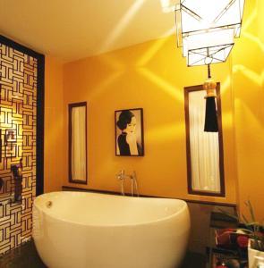 A bathroom at Shanghai Mansion Bangkok