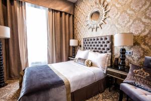 Кровать или кровати в номере Маджестик Бутик Отель Делюкс