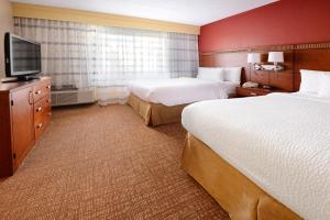 A bed or beds in a room at Courtyard Dallas Arlington/Entertainment District