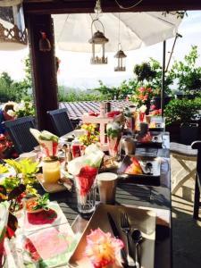Ein Restaurant oder anderes Speiselokal in der Unterkunft Cabane dans les arbres / Swin-golf de Cremin