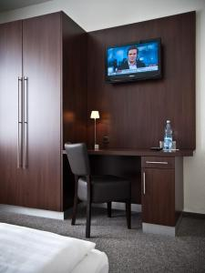 A television and/or entertainment centre at Hotel & Spa Am Oppspring