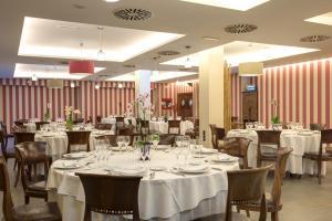 A restaurant or other place to eat at Barceló Monasterio de Boltaña Spa