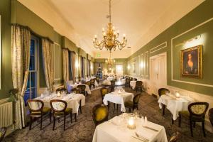 A restaurant or other place to eat at Thainstone House