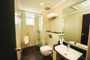 A bathroom at Fair View Hotel Colombo