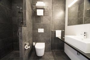 A bathroom at Bastion Hotel Tilburg