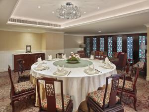 A restaurant or other place to eat at White Swan Hotel