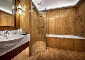 Ein Badezimmer in der Unterkunft The Wembley – A St Giles Hotel, Penang