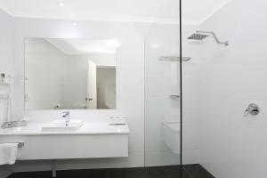A bathroom at Quality Inn & Suites The Menzies
