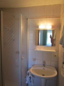A bathroom at Gasthaus Hingerl