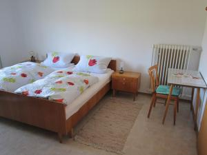 A bed or beds in a room at Gasthaus Hingerl