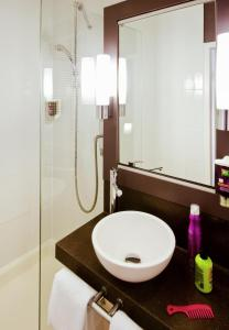 A bathroom at ibis Styles Luxembourg Centre Gare