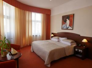 A bed or beds in a room at Hotel Bast Wellness & SPA
