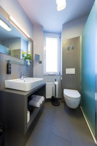 Ein Badezimmer in der Unterkunft mk hotel remscheid