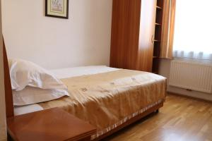 A bed or beds in a room at Hotel Wasserpalast
