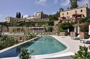 Der Swimmingpool an oder in der Nähe von Kinsterna Hotel