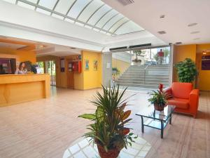 The lobby or reception area at Hotel Servigroup Romana
