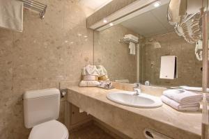 A bathroom at Mercure Paris Velizy