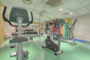 The fitness centre and/or fitness facilities at Mercure Paris Velizy