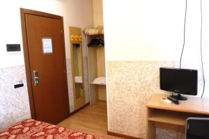 A television and/or entertainment centre at Hotel Nettuno