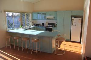 A kitchen or kitchenette at Emu Bay Stay