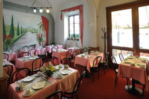 A restaurant or other place to eat at Hotel Villa Kinzica