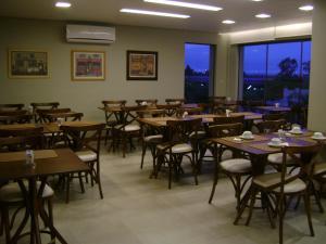 Um restaurante ou outro lugar para comer em Hotel Areias Brancas