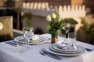 A restaurant or other place to eat at Riad Kheirredine