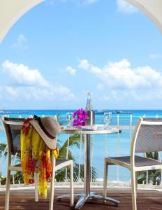 Een balkon of terras bij Holland House Beach Hotel