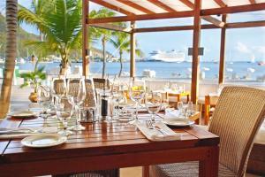 Een restaurant of ander eetgelegenheid bij Holland House Beach Hotel