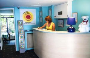 De lobby of receptie bij Solar Hotel