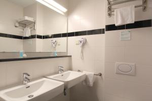 A bathroom at Bastion Hotel Utrecht