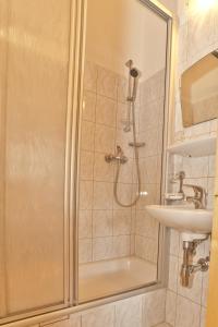 A bathroom at Chasa Per La Punt