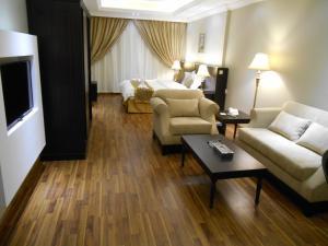 Uma área de estar em Shamaat Jeddah Aparthotel