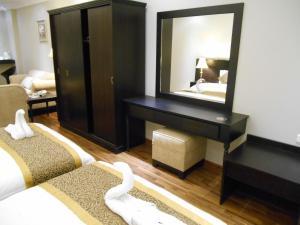 Um banheiro em Shamaat Jeddah Aparthotel