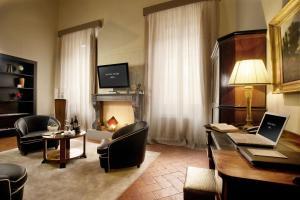 Телевизор и/или развлекательный центр в Graziella Patio Hotel