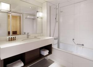 A bathroom at Sheraton Frankfurt Airport Hotel & Conference Center