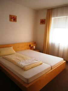 A bed or beds in a room at Hotel Strauss