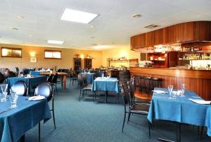 A restaurant or other place to eat at Comfort Inn Busselton River Resort