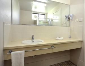 A bathroom at Comfort Inn Busselton River Resort