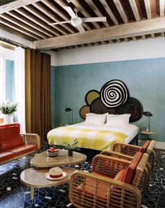 A bed or beds in a room at Hôtel Du Cloître