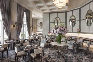 ラボードネイ ウォーターフロント ホテルにあるレストランまたは飲食店