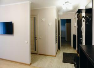 Телевизор и/или развлекательный центр в LysvaHotel Apartment
