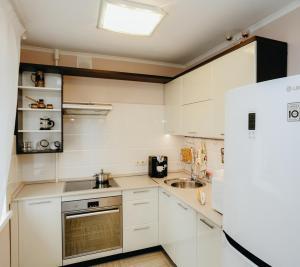 Кухня или мини-кухня в LysvaHotel Apartment